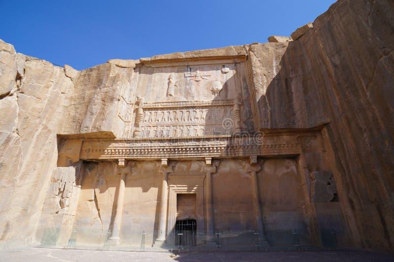Faravahar fördärvar den kungliga gravvalvfasaden, symbol på av gammal stadsPe royaltyfria bilder
