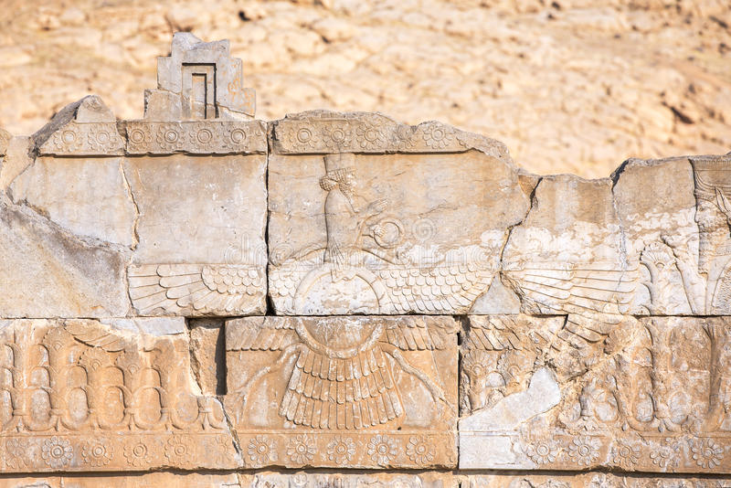 Faravahar symbol av Zoroastrianism i den förstörda Persepolis staden arkivfoto