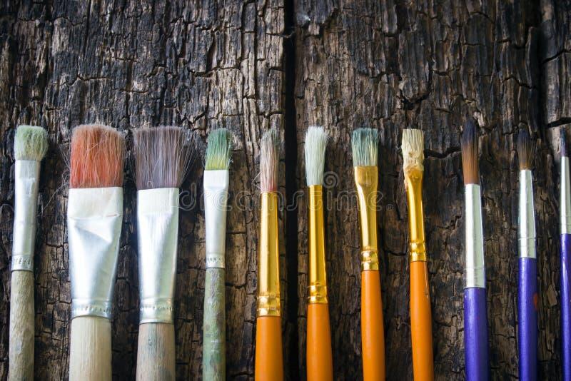 Farb muśnięcia różni rozmiary różnych kolory horizontally na stary drewnianym z rzędu obrazy stock