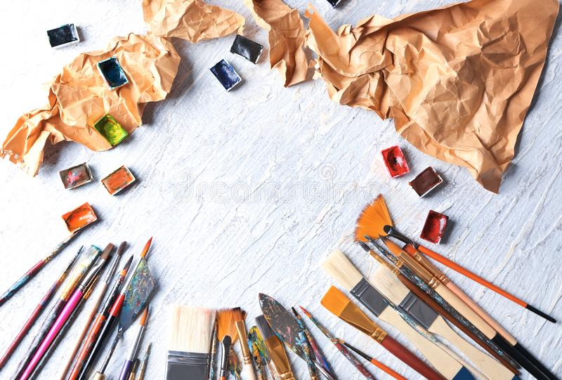 Farb muśnięcia z paleta nożami i akwarele na lekkim tle obrazy royalty free