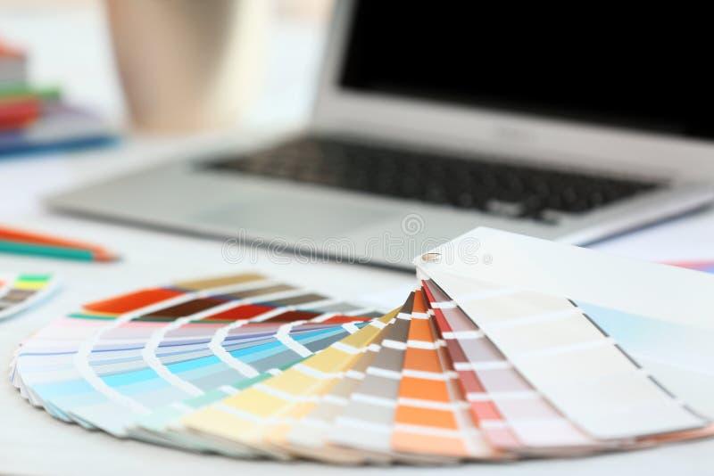 Farba koloru palety laptop na stole i próbki ilustracja wektor