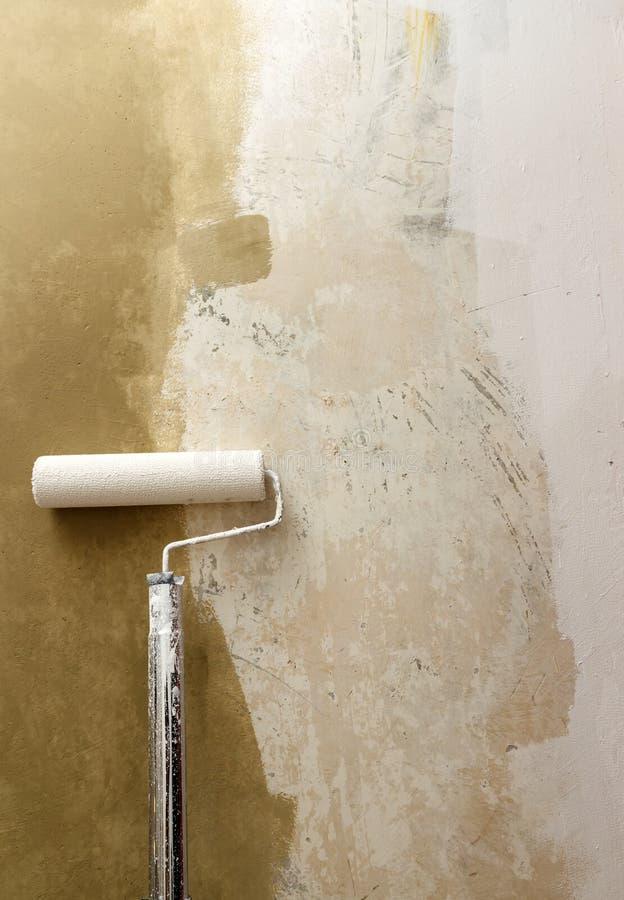 Farba rolownik stosuje farbę na biel ścianie, domowi ulepszenia fotografia royalty free