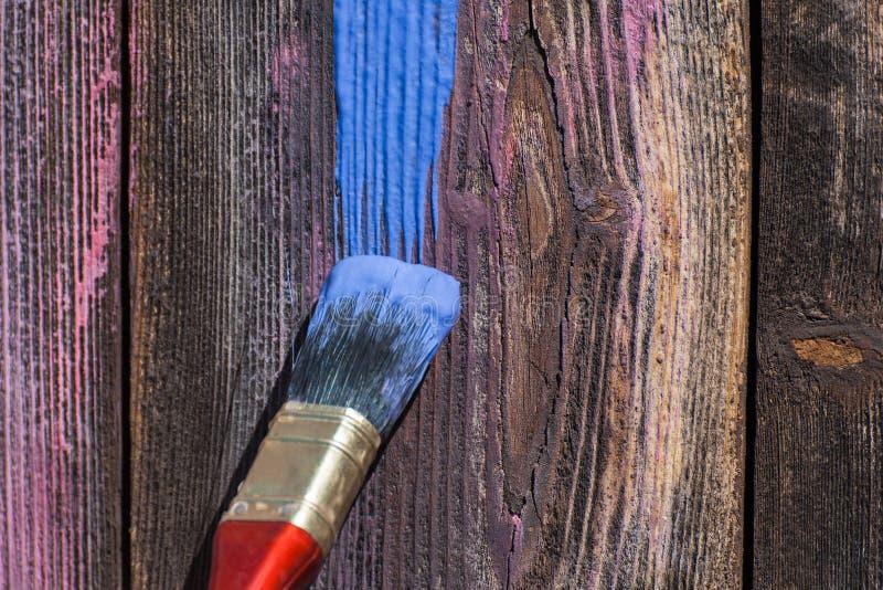 Farba rozmaz na drewnianym tle zdjęcia royalty free