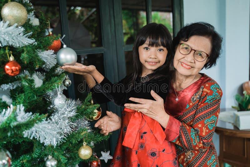 Farbarn och mormor som dekorerar royaltyfria foton