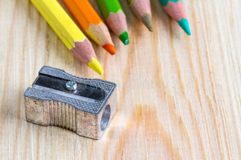 Farbbleistifte mit einem Bleistiftspitzer stockfotografie