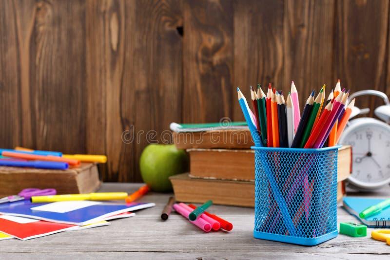 Farbbleistifte und -Schulbedarf stockfotos
