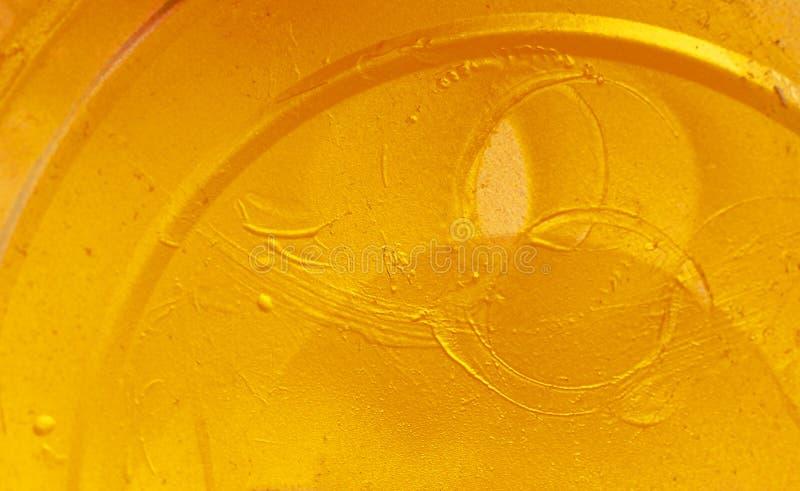 Farbe malte gelbes Metallbeschaffenheit mit Linien, Strudeln und Streifen stockbild