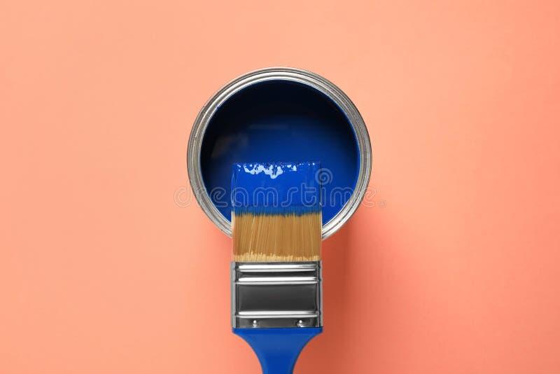 Farbe und Pinsel auf orangefarbenem Hintergrund Farbe des Jahres 2020 Klassisches Blau lizenzfreies stockbild