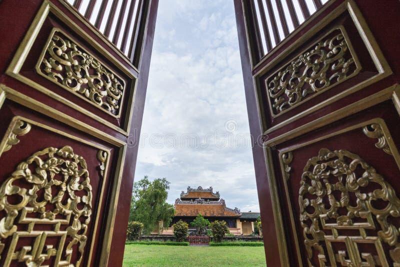 Farbe, Vietnam - Juni 2019: Ansicht über traditionellen vietnamesischen Tempel durch offene verzierte Einstiegstüren lizenzfreie stockfotografie