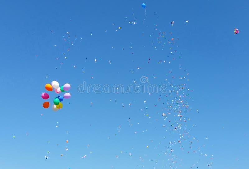 Farbeballons im blauen Himmel stockfoto