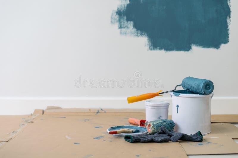 Farbeimer mit Rolle, Handschuh und Bürste lizenzfreie stockfotografie