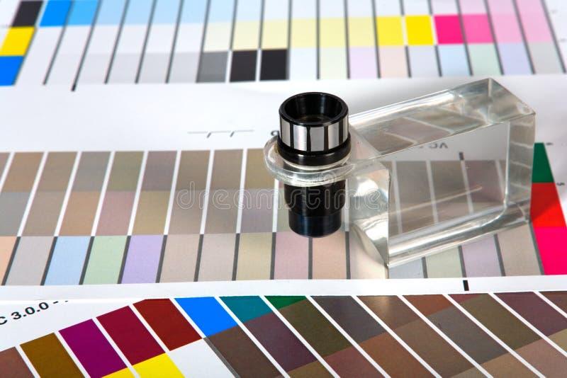 Farben-Anleitungen mit Vergrößerungsglas stockbilder