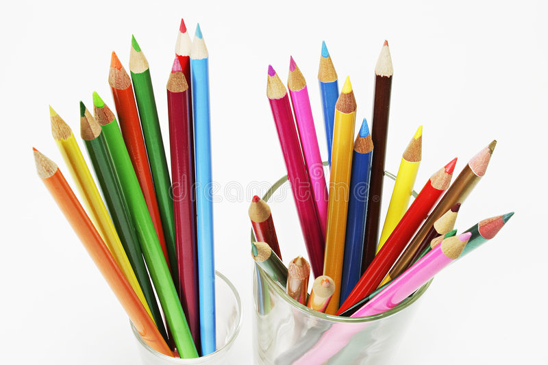 Farben-Bleistifte in den Gläsern stockfotografie