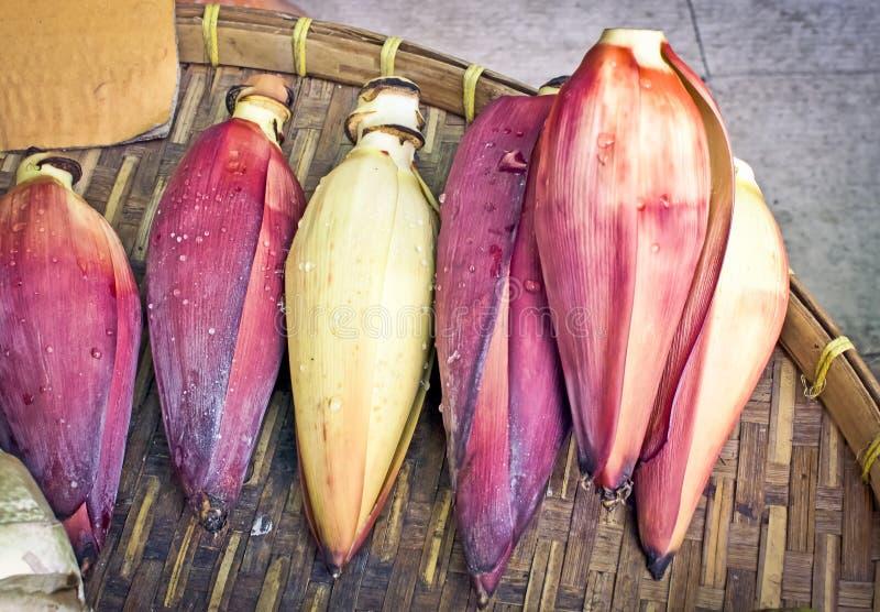 Farben der Banane blühen gelegt in Bambuskörbe lizenzfreies stockfoto