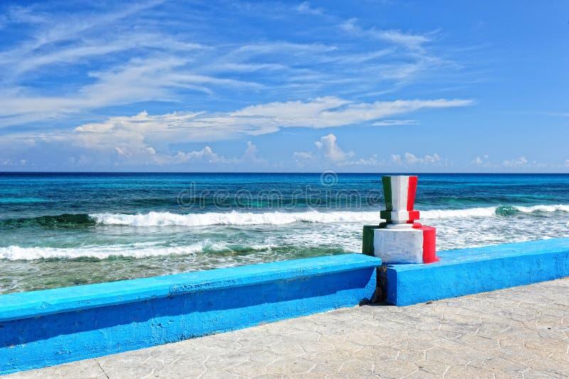 Farben der mexikanischer Flagge auf dem Monument lizenzfreies stockfoto