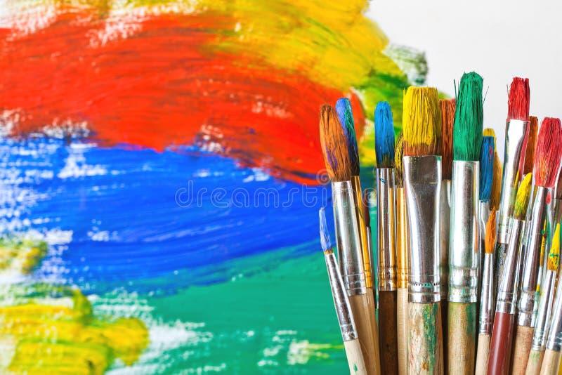 Farben und Bürsten lizenzfreies stockfoto