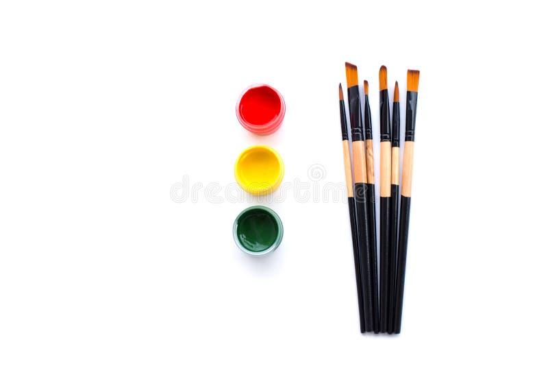 Farben- und Bürstensatz auf Hintergrund stockfotos
