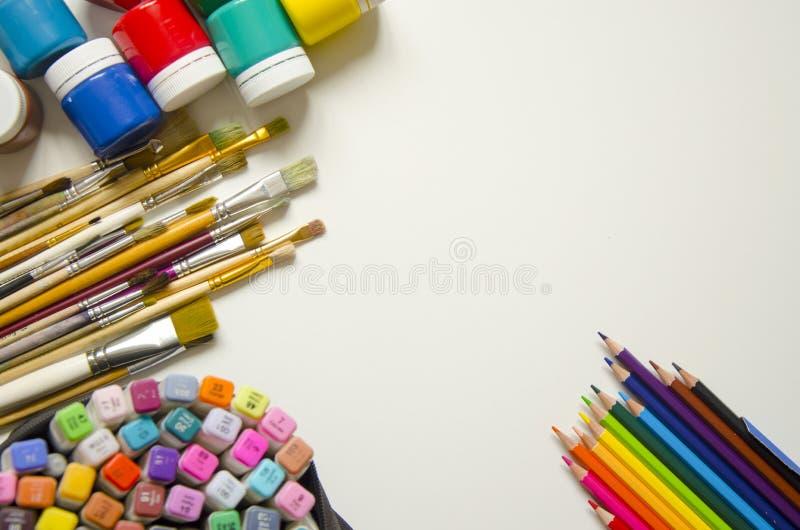 Farben und B?rsten, Bleistift und Markierung lizenzfreie stockfotos