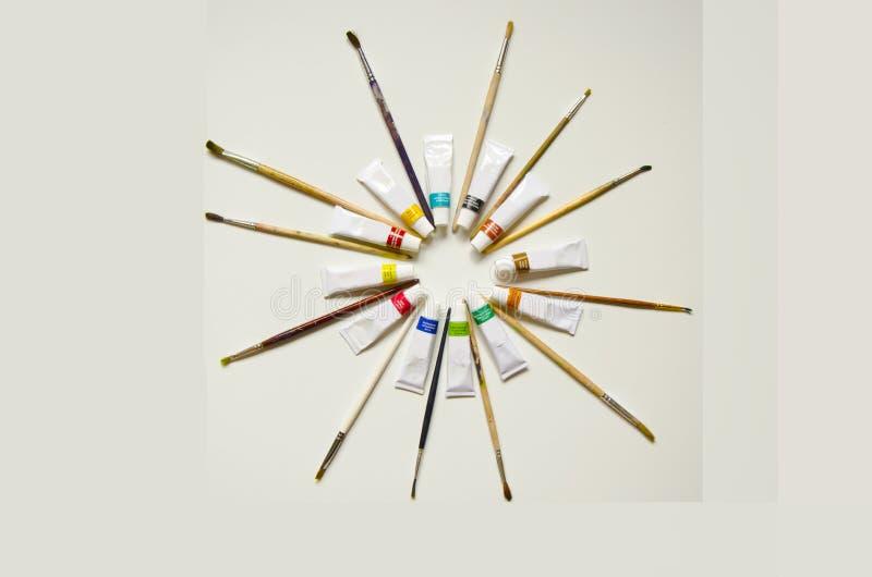 Farben und brushesOn ein weißer Hintergrund lizenzfreies stockbild