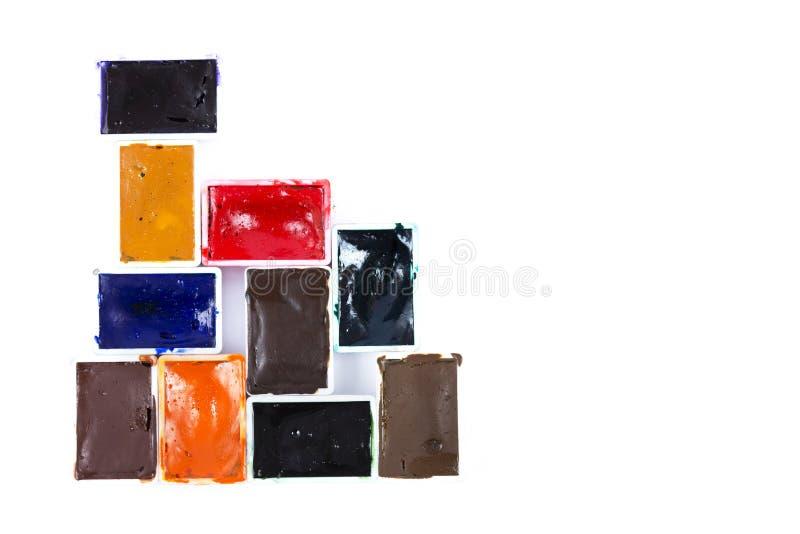 Farben von verschiedenen Farben in den weißen Plastikkästen auf Isolierung lizenzfreie stockfotos