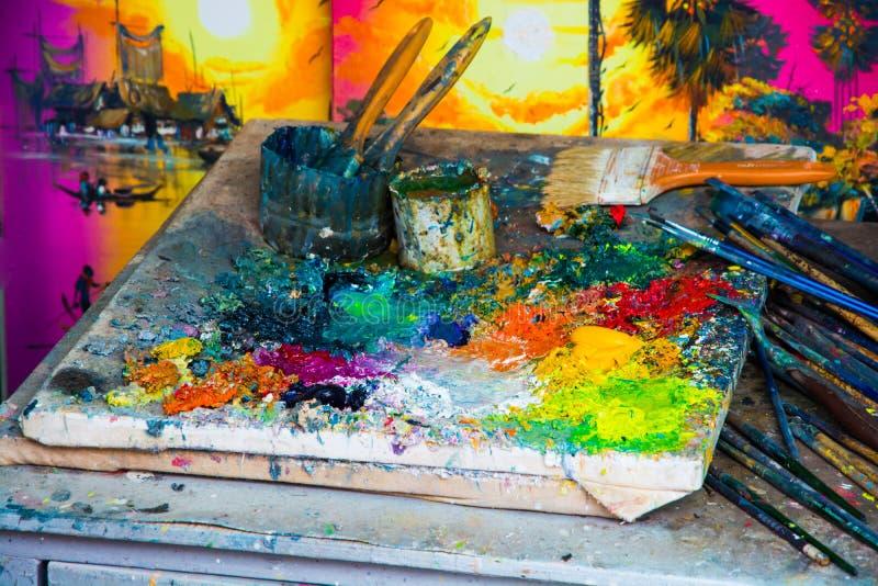 Farbenausrüstung auf der Farbmischenden Plattform stockfoto
