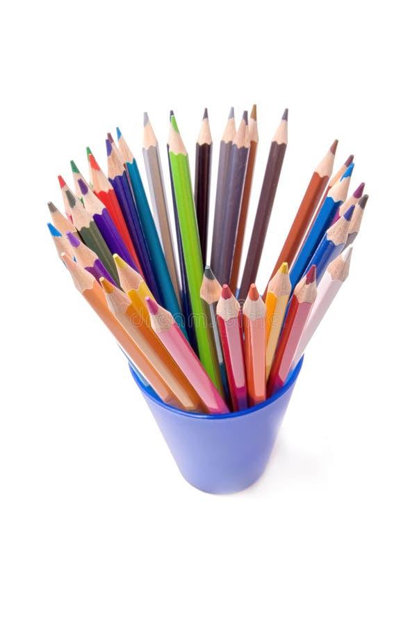 Farbenbleistift im blauen Cup stockbilder