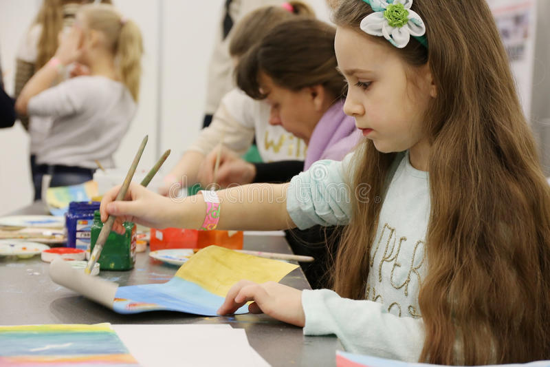 Farbenfarben der Kinder auf Papier lizenzfreie stockbilder