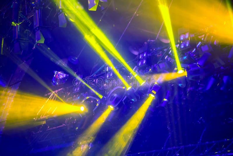 Farbenfrohe Bühnenleuchten bei einem Konzert Konzertlichtgerät lizenzfreie stockfotos