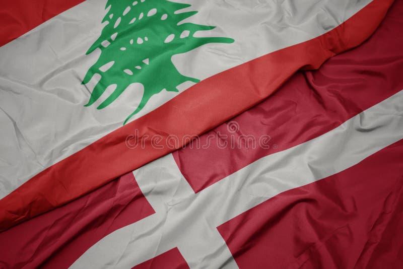 farbenfrohe Flagge mit der Kennzeichnung und nationale Flagge von lebanon stockbild