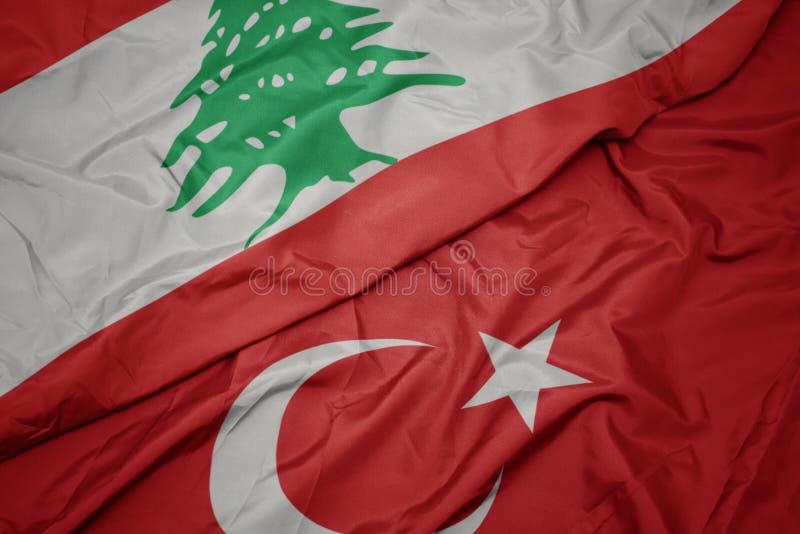 farbenfrohe Flagge von Puten und nationale Flagge von lebanon stockfotos