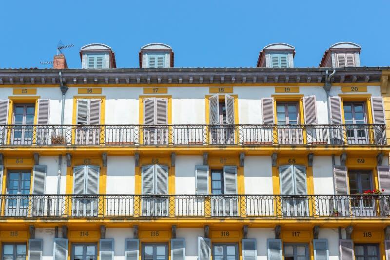 Farbenfrohe Gebäude des Verfassungsplatzes, Donostia-San Sebastian, Spanien lizenzfreies stockbild