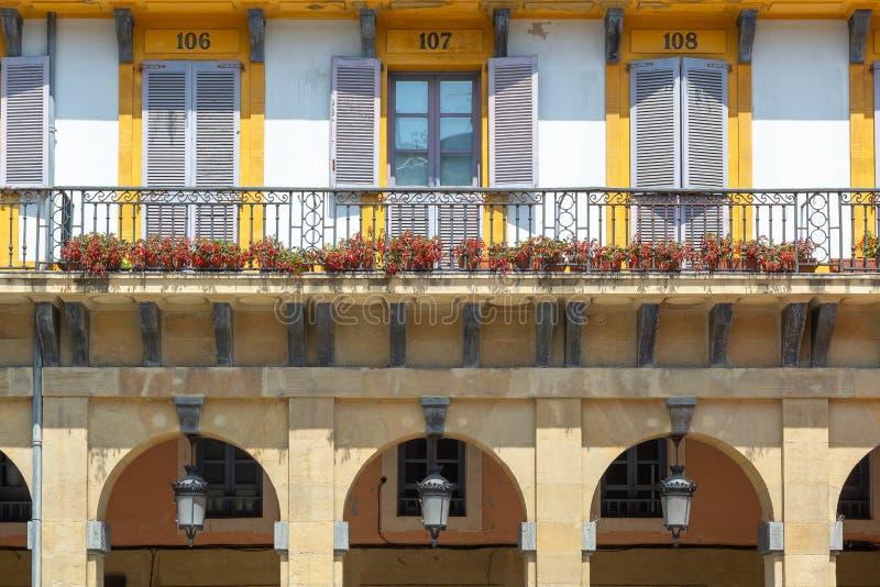 Farbenfrohe Gebäude des Verfassungsplatzes, Donostia-San Sebastian, Spanien lizenzfreie stockfotos