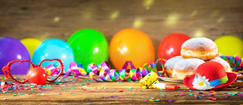 Farbenfrohe Party, Karneval oder Geburtstagsgeschmack lizenzfreie stockbilder