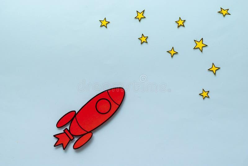 Farbenfrohe rote Rakete, die in einem Konzept von Ehrgeiz und Erfolg durch den Weltraum zoomt lizenzfreie stockfotografie