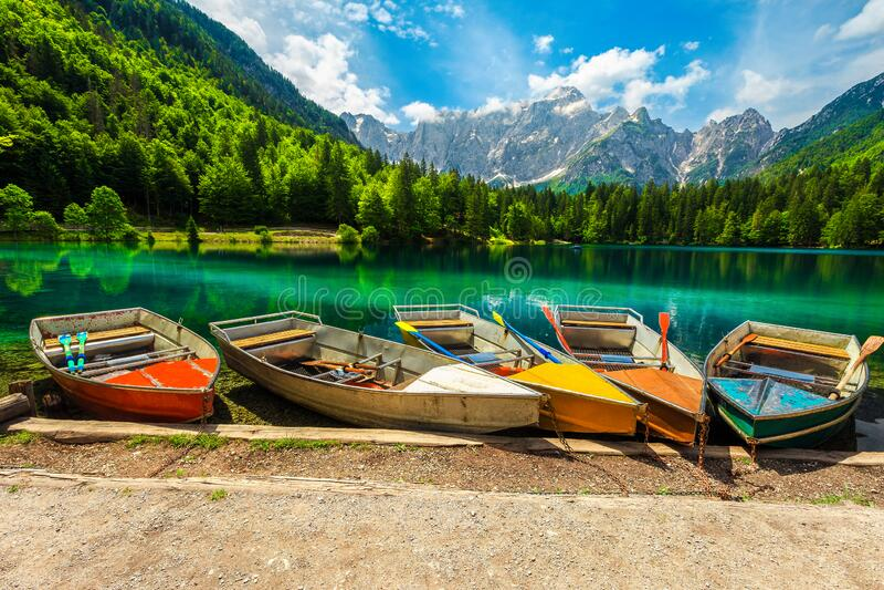 farbenfrohe Touristenboote am Fusine-See, Italien lizenzfreie stockbilder