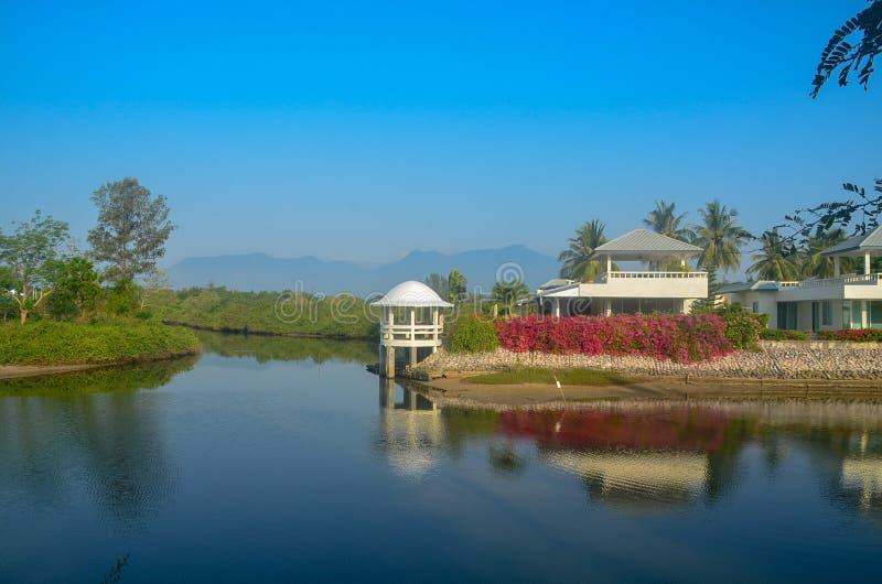 Farbenfrohe tropische Gebäude Küstenlandschaft Wasserbild mit lizenzfreie stockfotografie