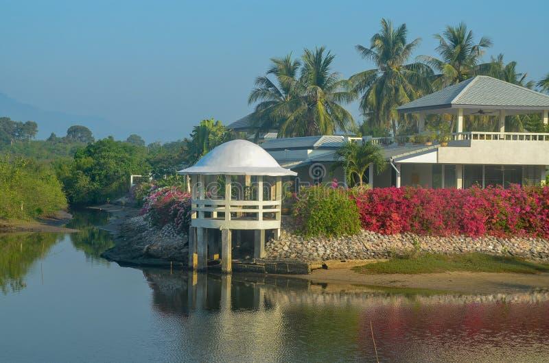 Farbenfrohe tropische Gebäude Küstenlandschaft Wasserbild mit stockfotos