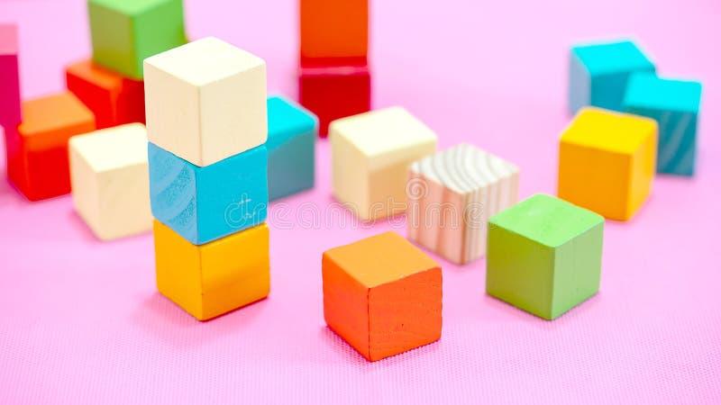 Farbenfrohe Würfel aus Holz, die auf weißem Grund isoliert sind lizenzfreies stockfoto