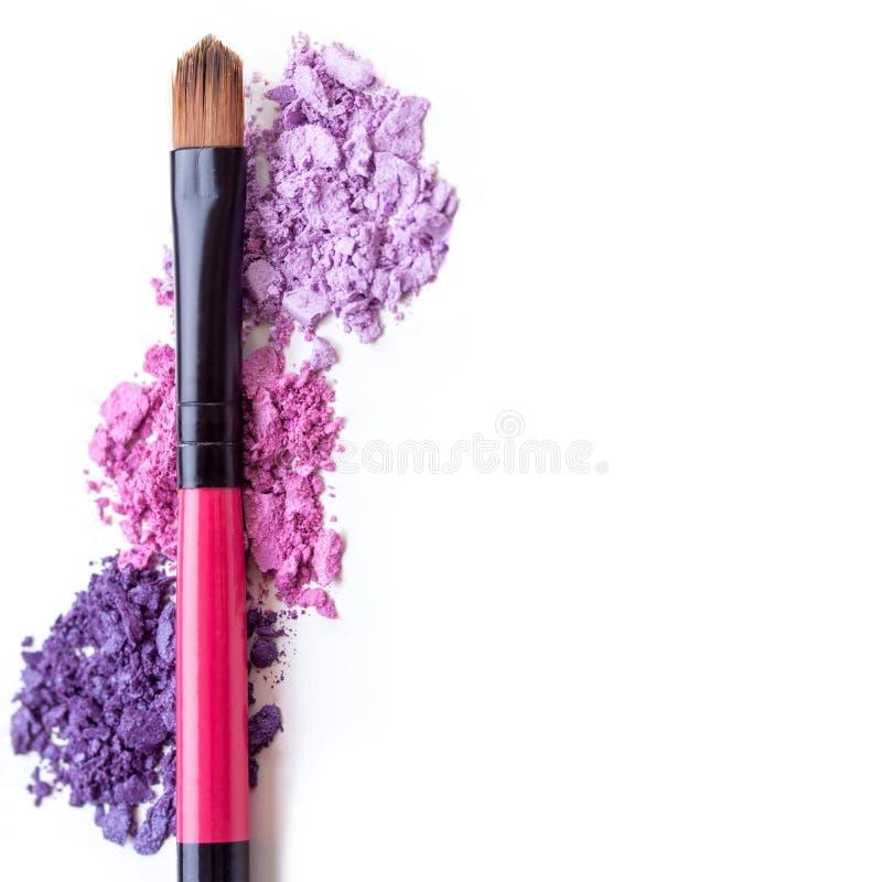 Farbenfrohe, zerdrückte Auschenschatten mit Pinsel, Make-up-Zubehör stockfoto