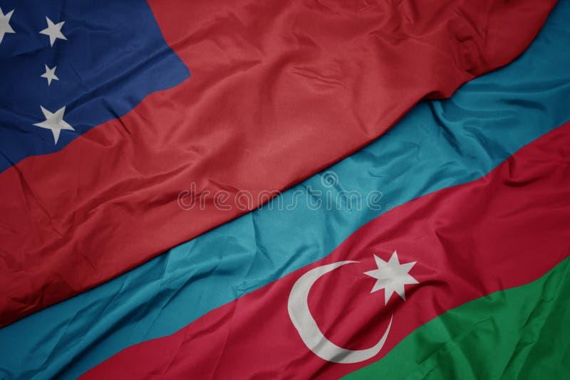 farbenfrohe zwielichtige Flagge von Azerbaijan und nationale Flagge Samoas stockfotos