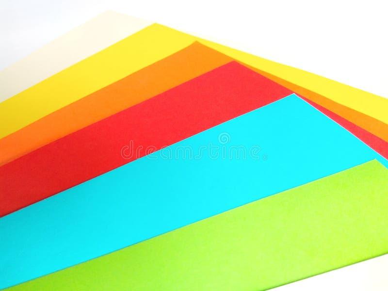 Farbenpapier auf weißem Hintergrund stockfotografie