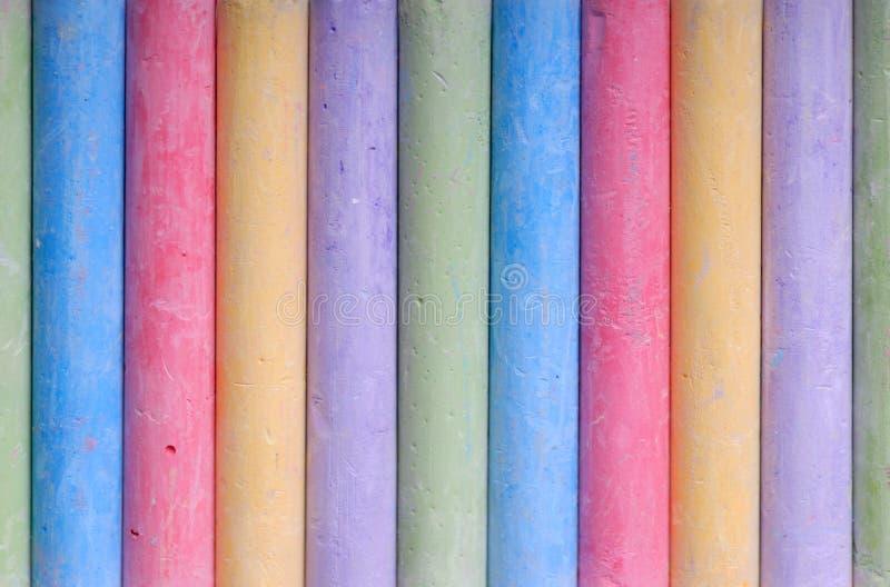 Farbenzeichenstifte in der Zeile lizenzfreies stockfoto