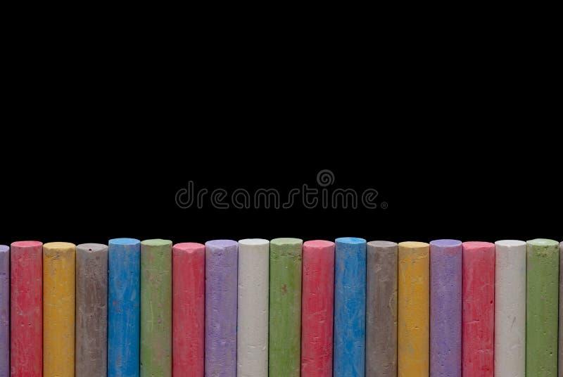 Farbenzeichenstifte in der Zeile lizenzfreie stockfotos