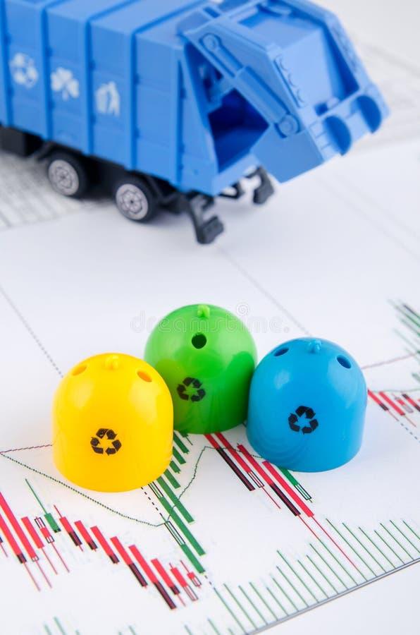 Farbige Abfalleimer und Müllwagenspielwaren lizenzfreies stockbild