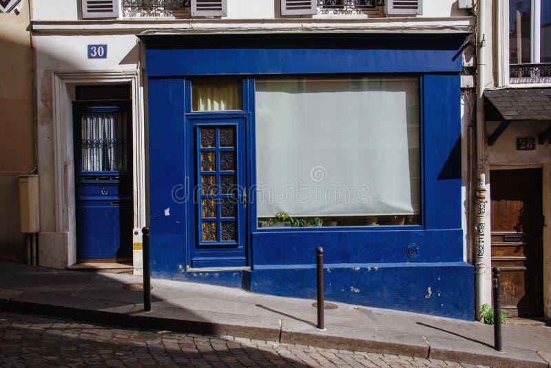 Farbige alte Türen von Montmartre lizenzfreie stockfotografie