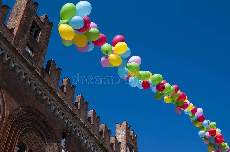 Farbige Ballone in einem klaren blauen Himmel stockfoto