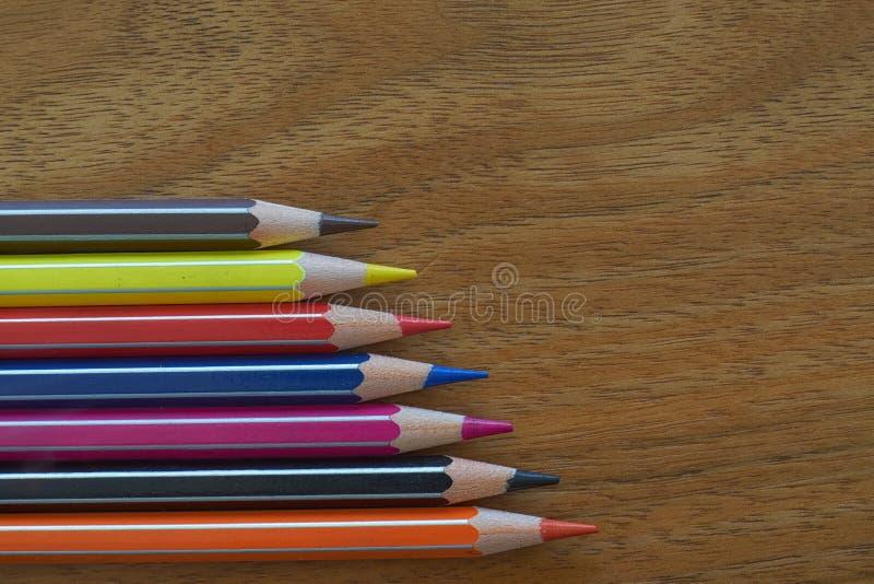 Farbige Bleistift-horizontale Ausrichtung auf einem hölzernen Hintergrund lizenzfreies stockfoto
