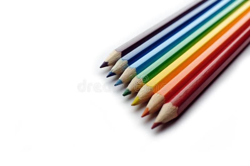 Farbige Bleistifte angeordnet in der Regenbogenspektrumordnung lizenzfreie stockbilder