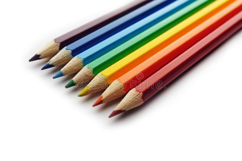 Farbige Bleistifte angeordnet in der Regenbogenspektrumordnung stockfoto