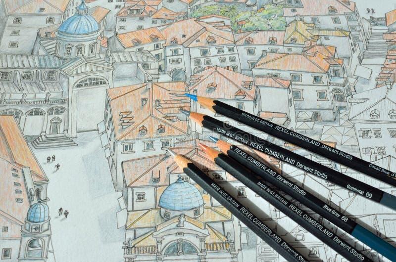 Farbige Bleistifte auf einer farbigen Bleistift-Zeichnung von Dubrovnik lizenzfreie abbildung